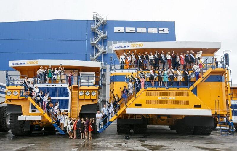 Группа фотографируется с БелАЗами