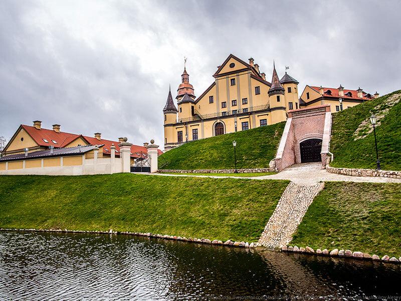 Несвижский замок боковой вход