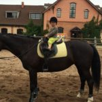 Ребенок верхом на лошади
