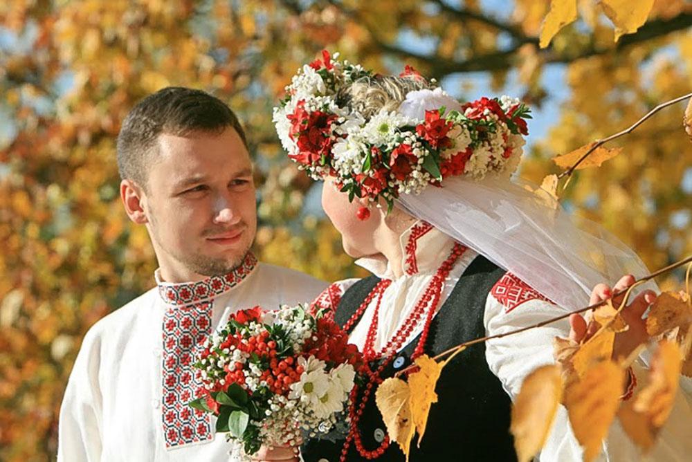 Молодожены в белорусских национальных костюмах