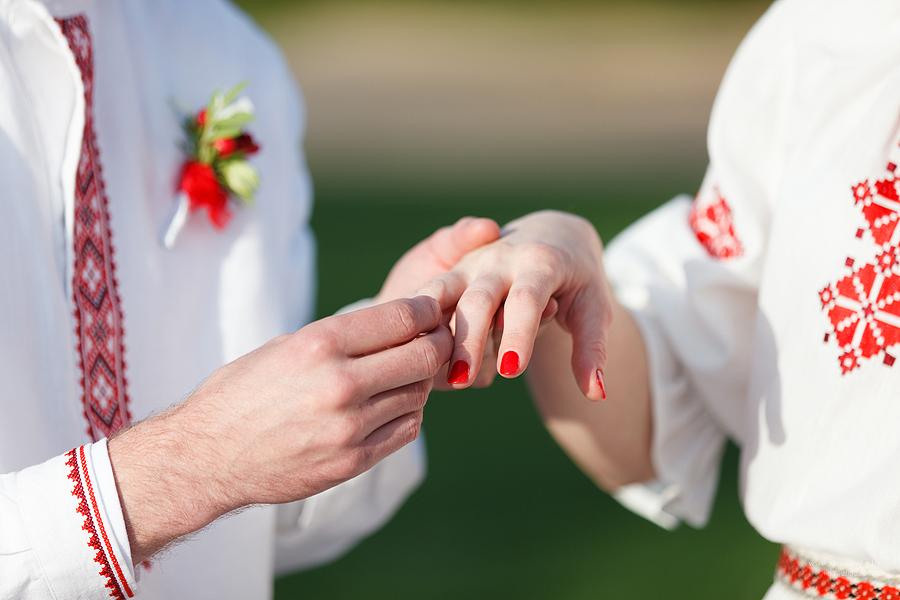 Парень надевает кольцо белорусской девушке