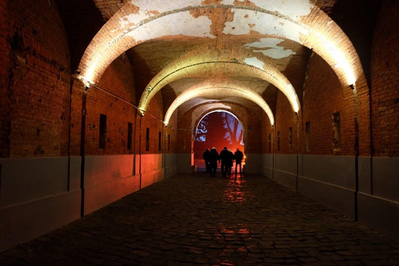 Холмские ворота ночью