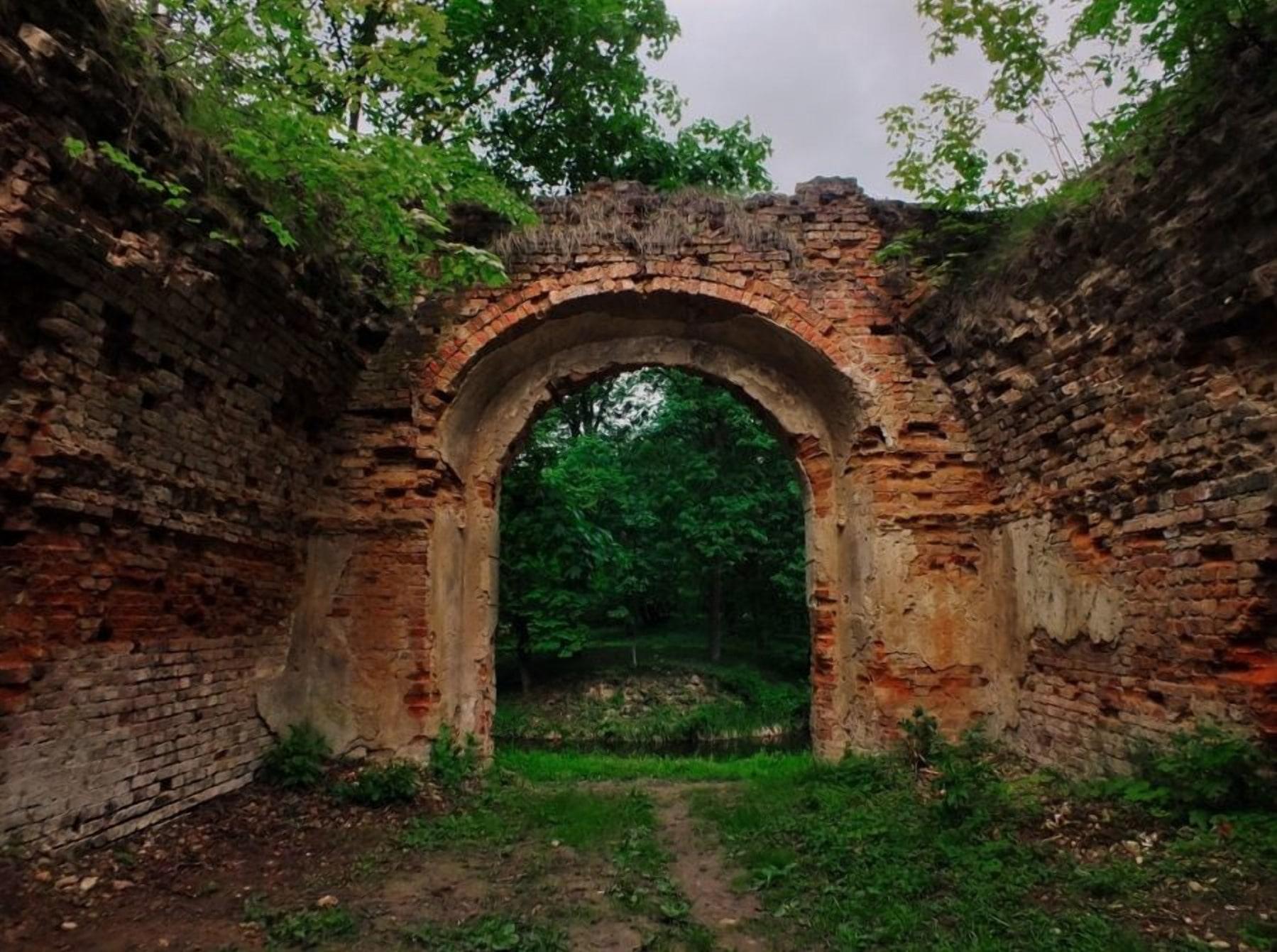 Остатки замка Сапег в Высоком