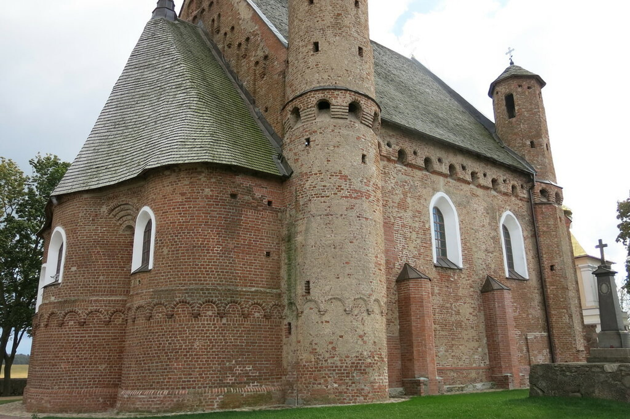 Толстые стены мини-замка в Сынковичах