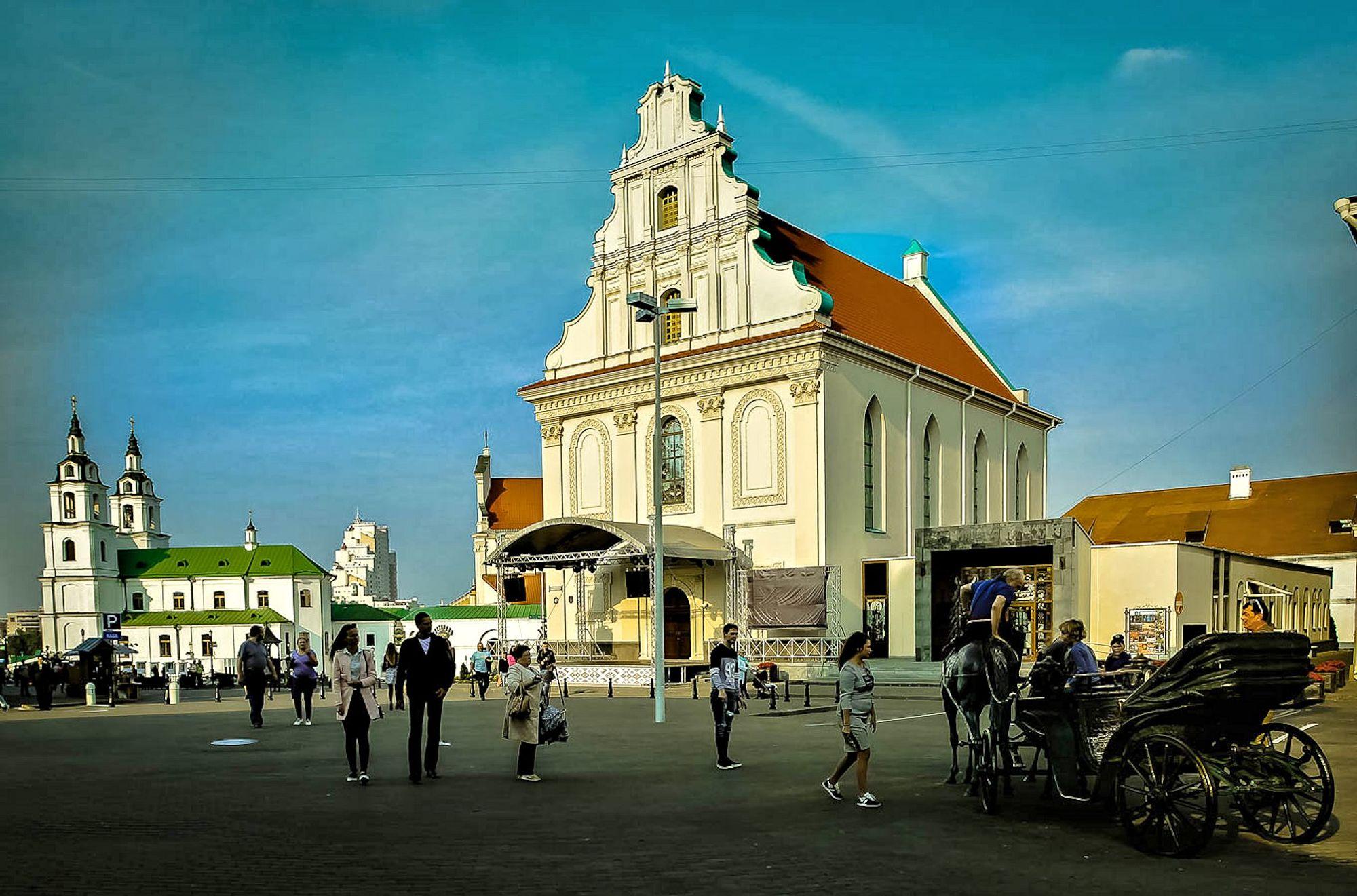 Посередине этой площади стоял памятник Наполеону