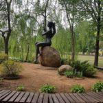 Скульптура девушки на острове в парке 1 мая