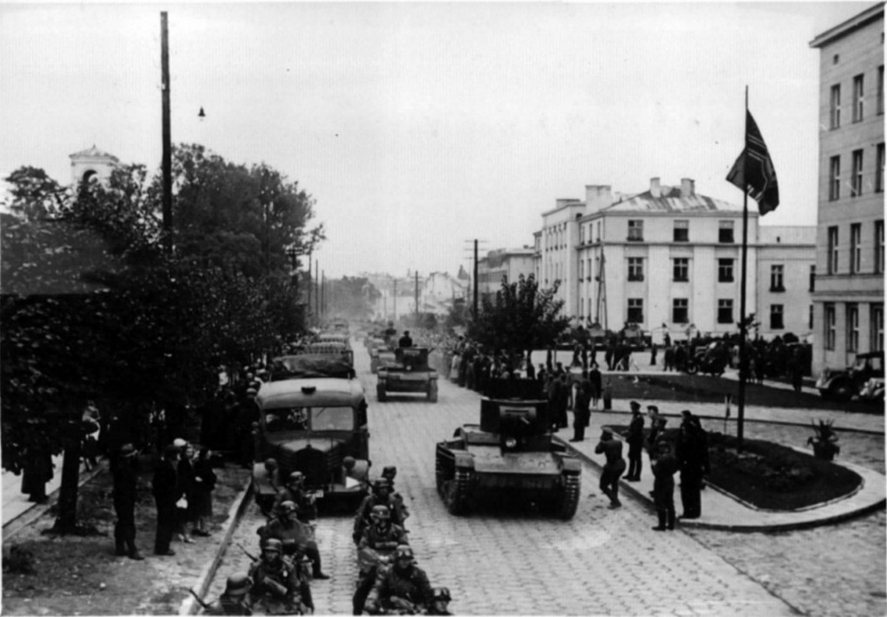 Советская и немецкая техника на улицах Бреста