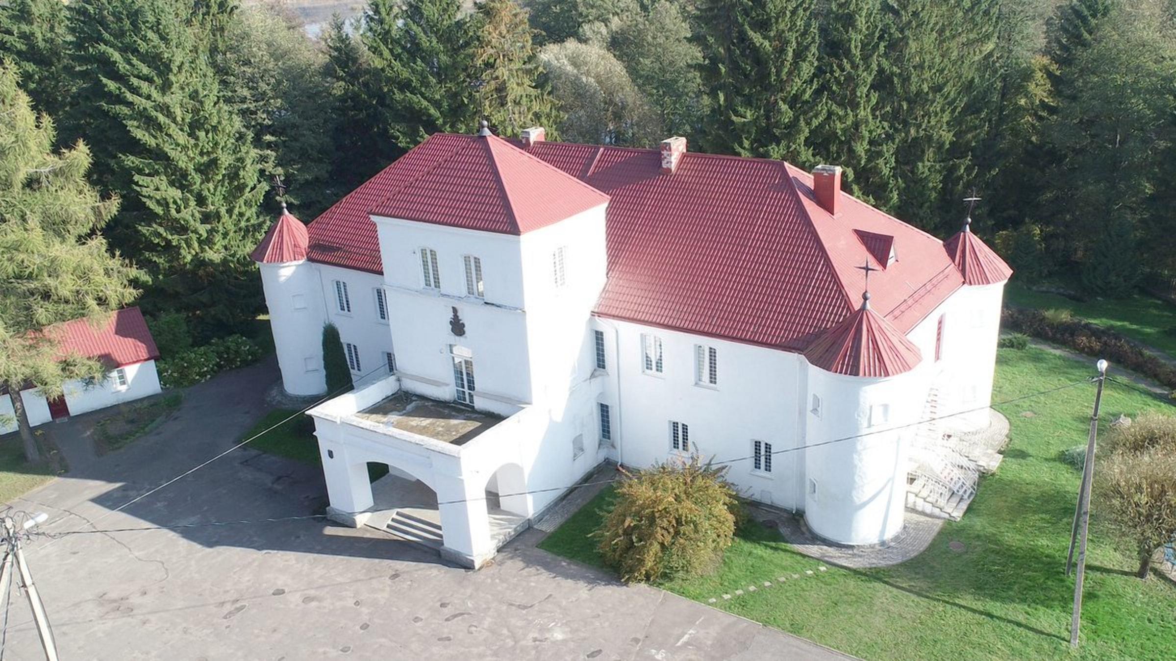 Дом-замок был выстроен в лесу на берегу реки