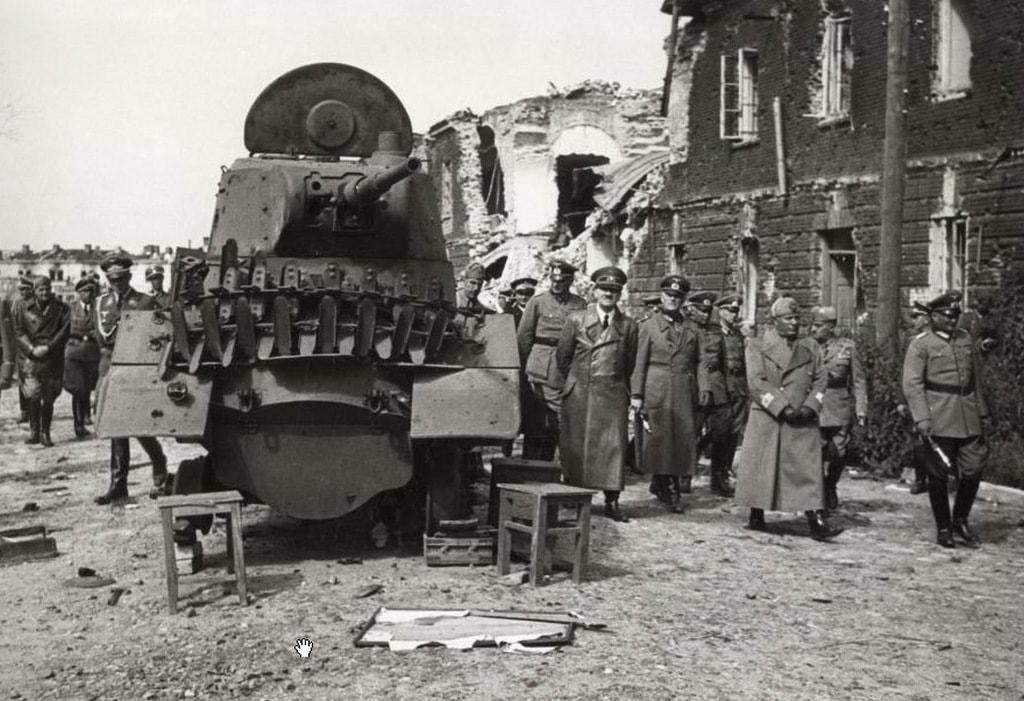 Гитлер осматривает советскую бронетехнику