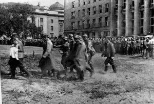 22 июня, вечер, немцы сгоняют бойцов РККА для отправки в лагерь