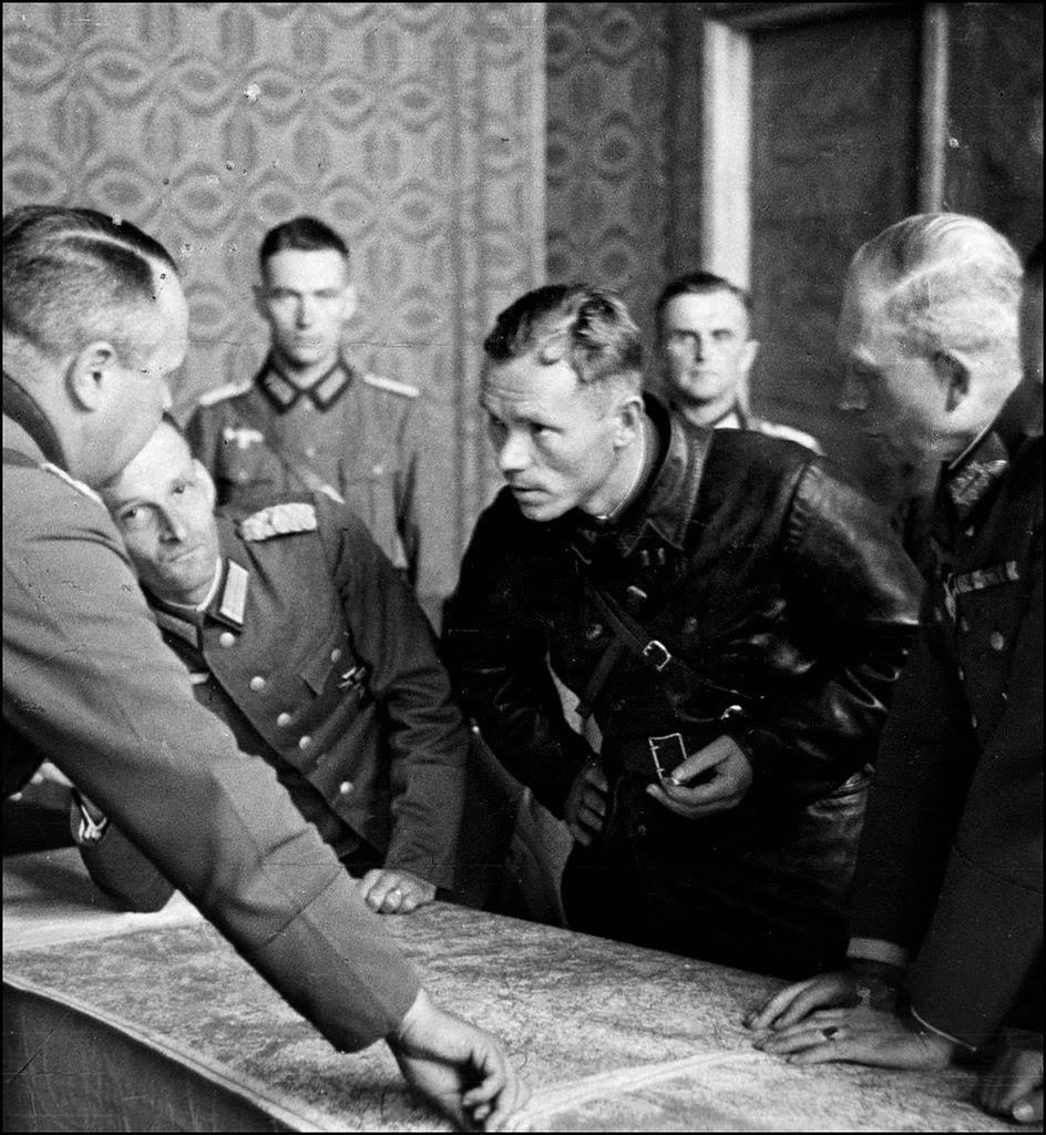 Батальонный комиссар Боровенский предложит форту сдаться