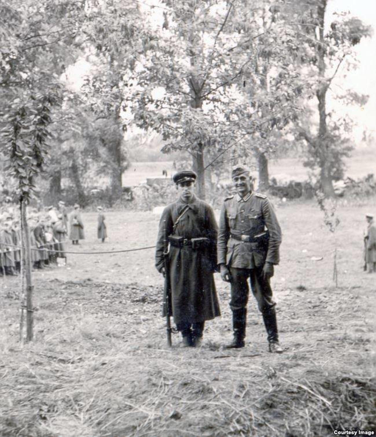 Немецкий солдат и боец РККА на фоне польских пленных на Госпитальном острове