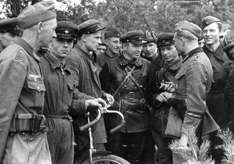 Немцы и офицеры РККА рядом с фортом Берг