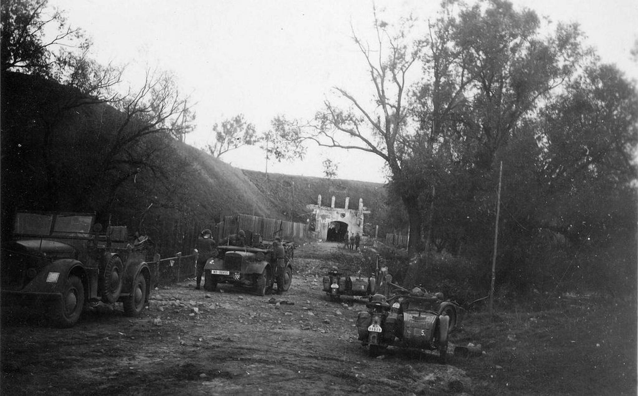 Немцы на подъезде к Северным воротам Крепости в 1939 году