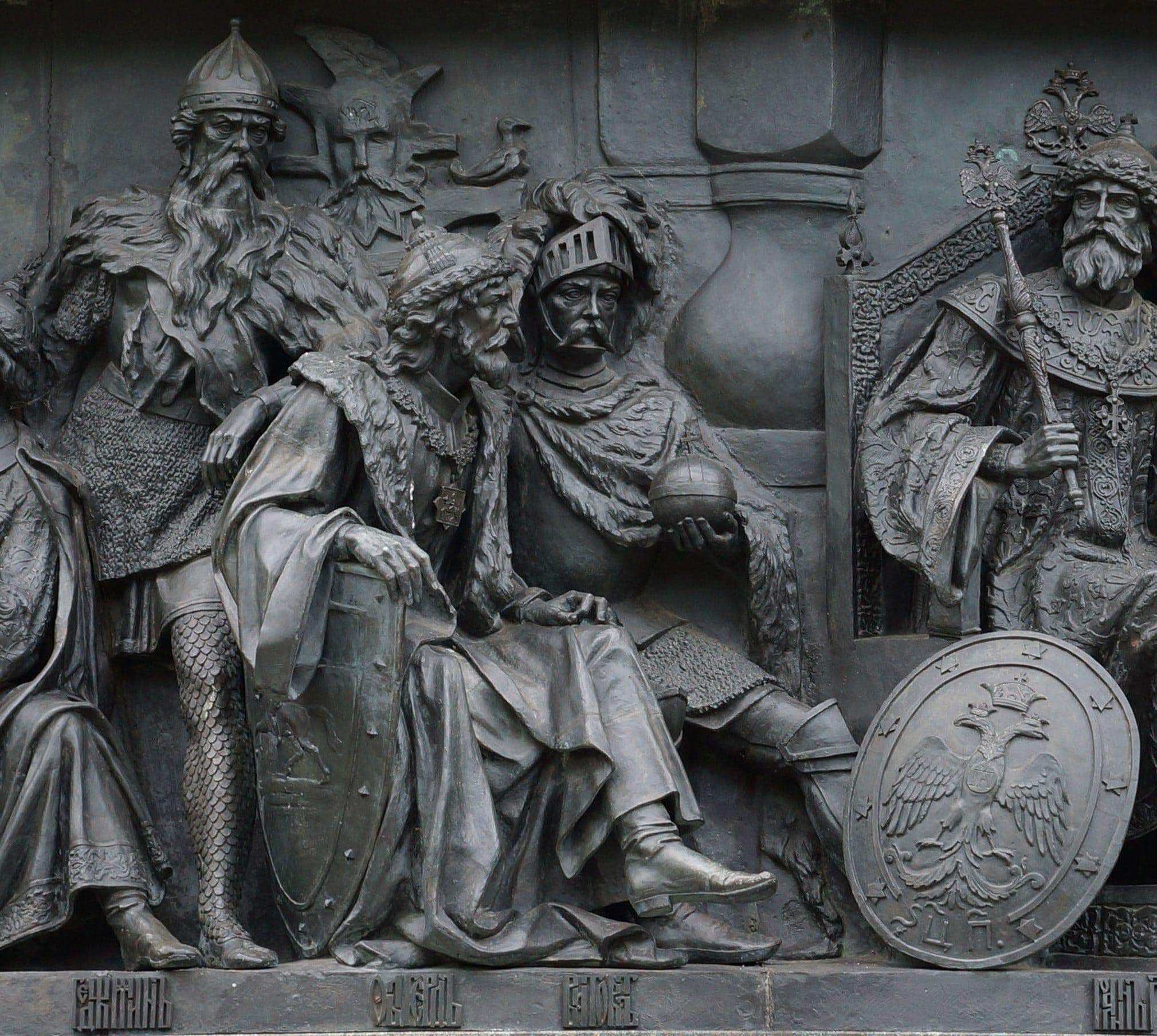 Ольгерд в рыцарском шлеме на памятнике в Новгороде