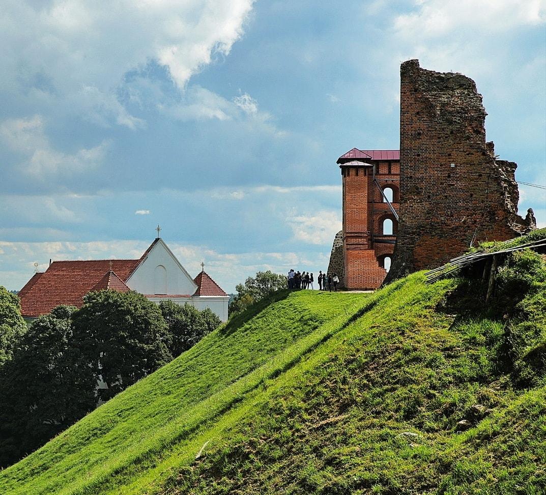 Руины величественного замка на рукотворной горе в Новогрудке