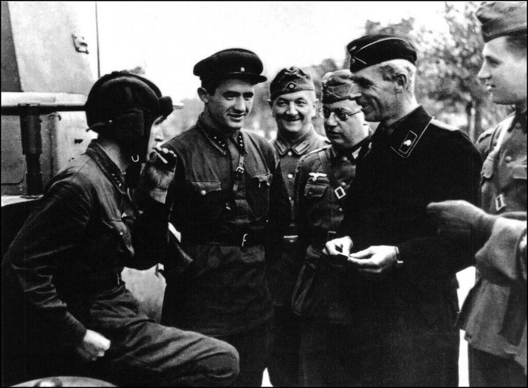 Советские и немецкие танкисты на улицах Бреста 23.09.1939