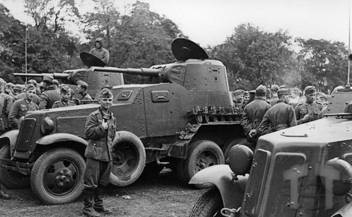 Советские тяжелые бронеавтомобили через час будут подбиты