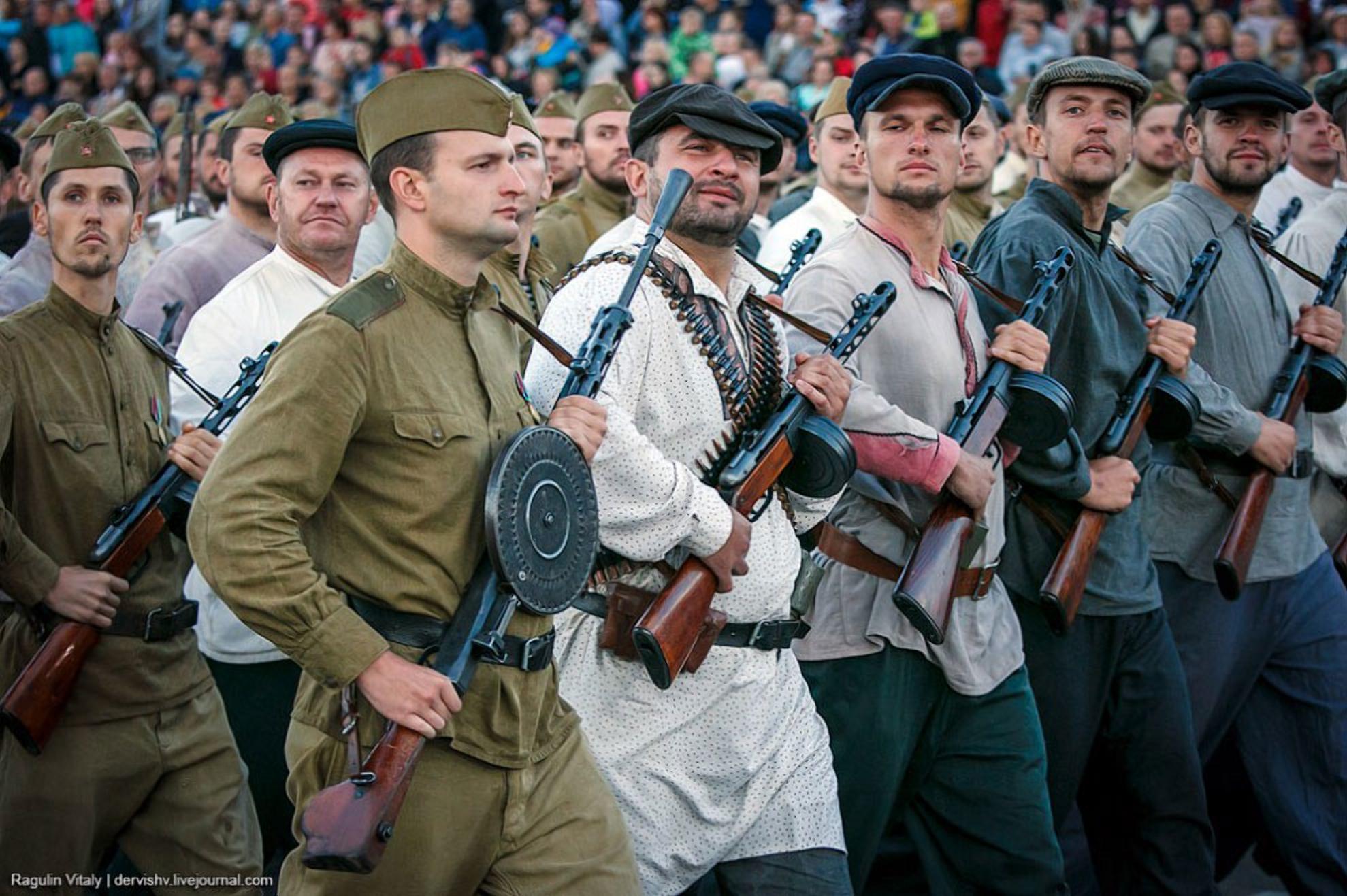 Внуки и правнуки белорусских партизан, возможно со своим оружием
