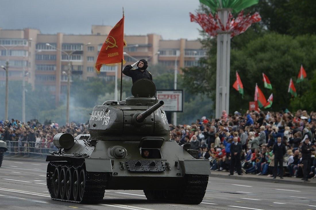 Впереди танк Т-34 с флагом СССР