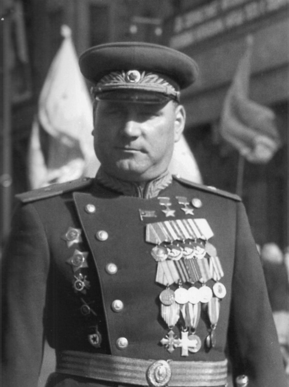 Дважды Герой Советского Союза белорус Иван Якубовский на параде 1945 года