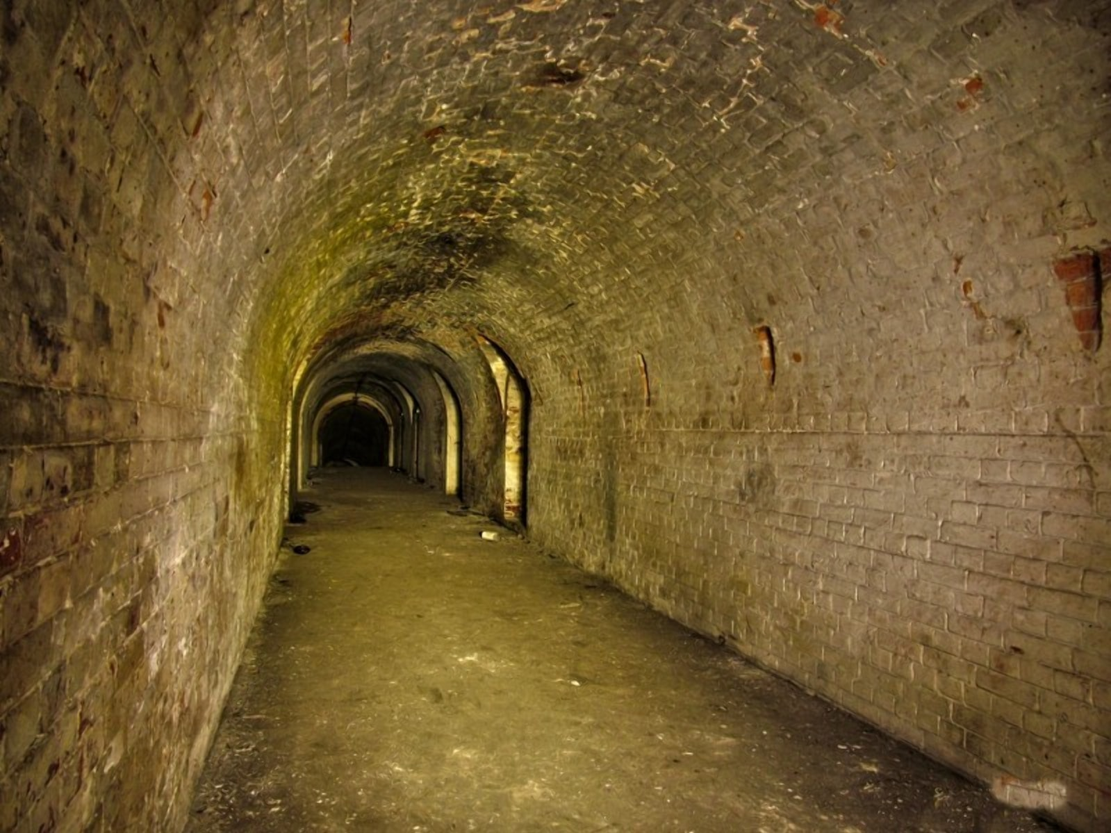 Тоннель соединящий вокзал и крепость был перед войной зысыпан
