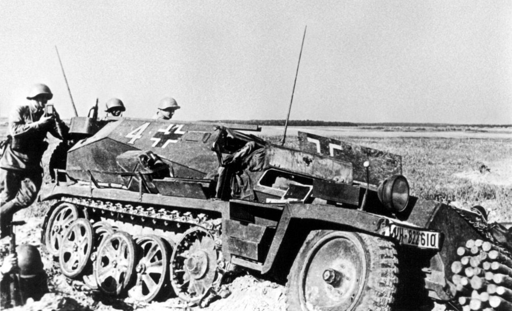 Разбитые немецкие БТР украшали поля Гомельщины