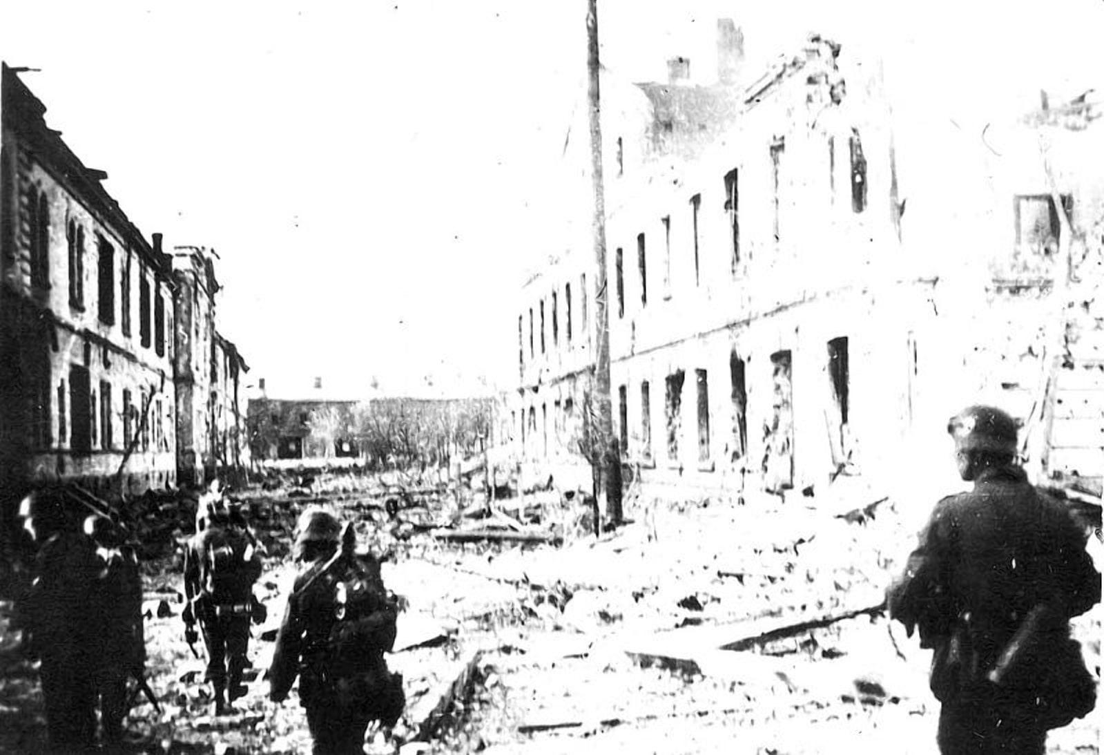 Немцы неподалеку от казармы конвоиров
