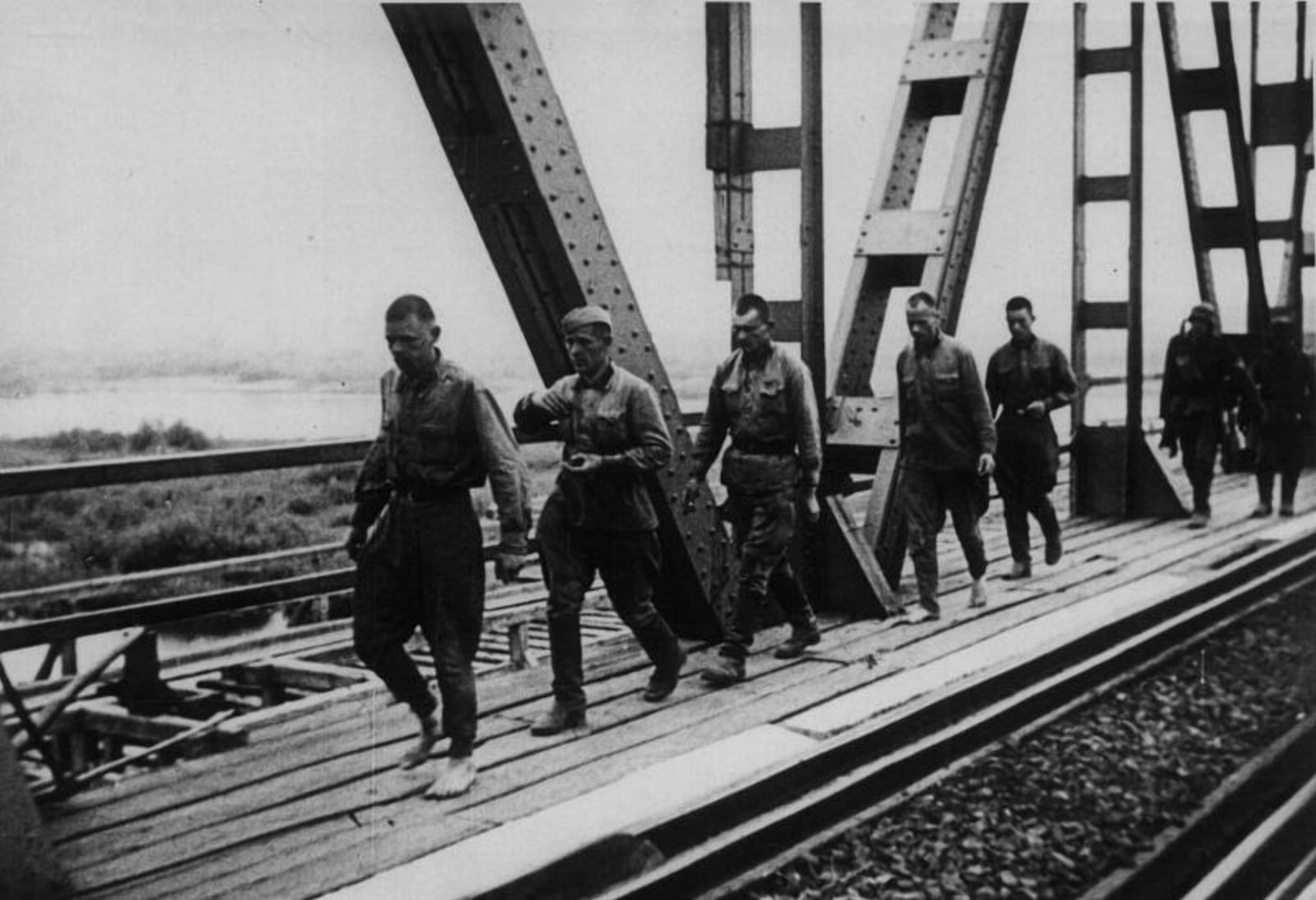 Даже стратегические мосты оставались целыми