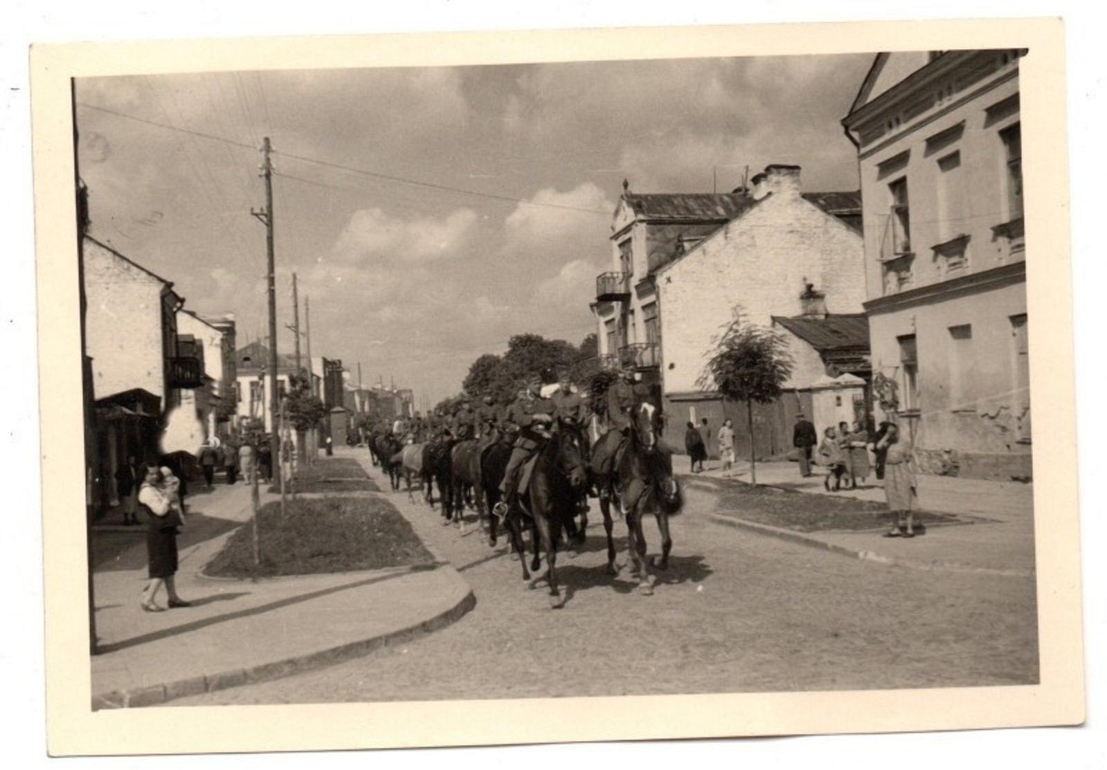 Немецкие кавалеристы в центре Бреста