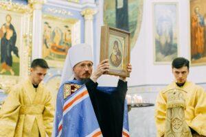 Митрополит Вениамин наградил российского посла