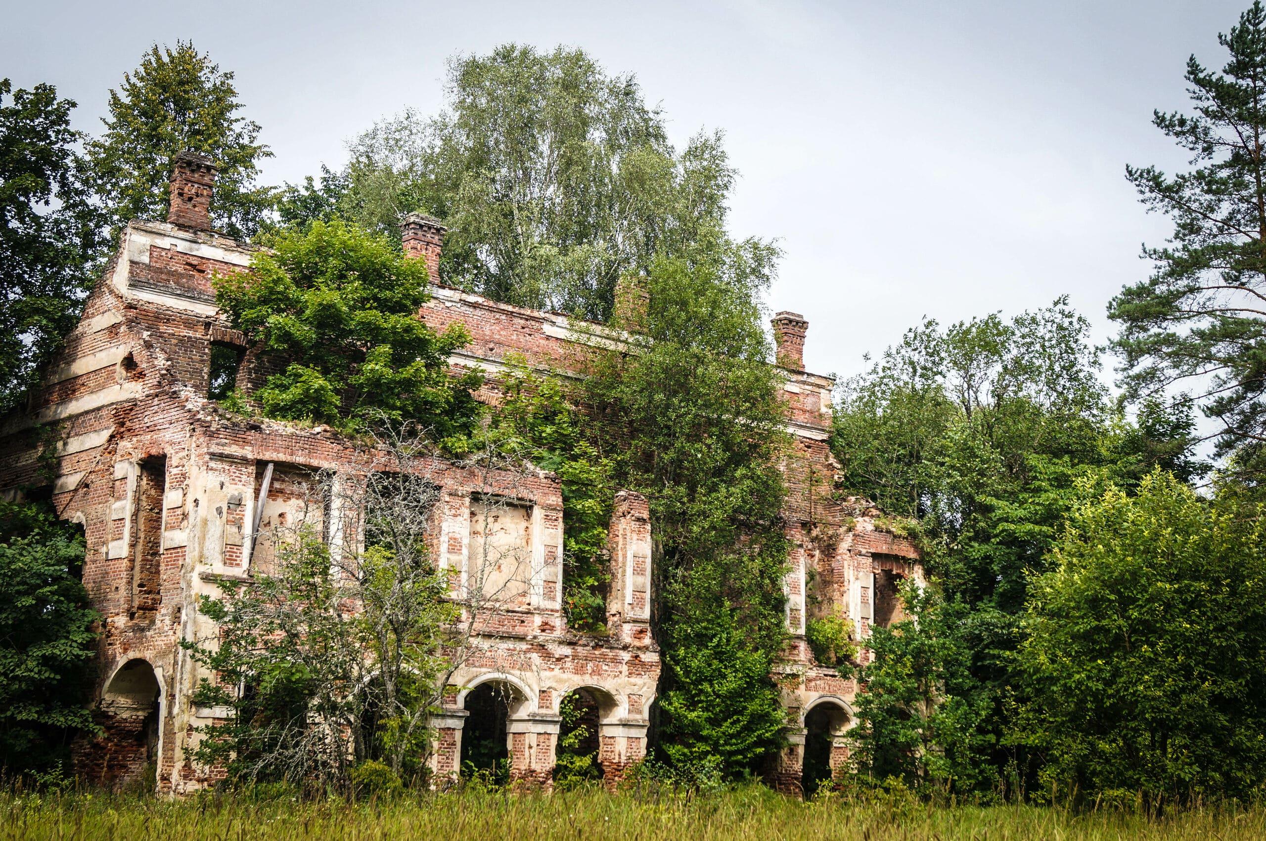 Руины охотничьего замка на месте древнего капища