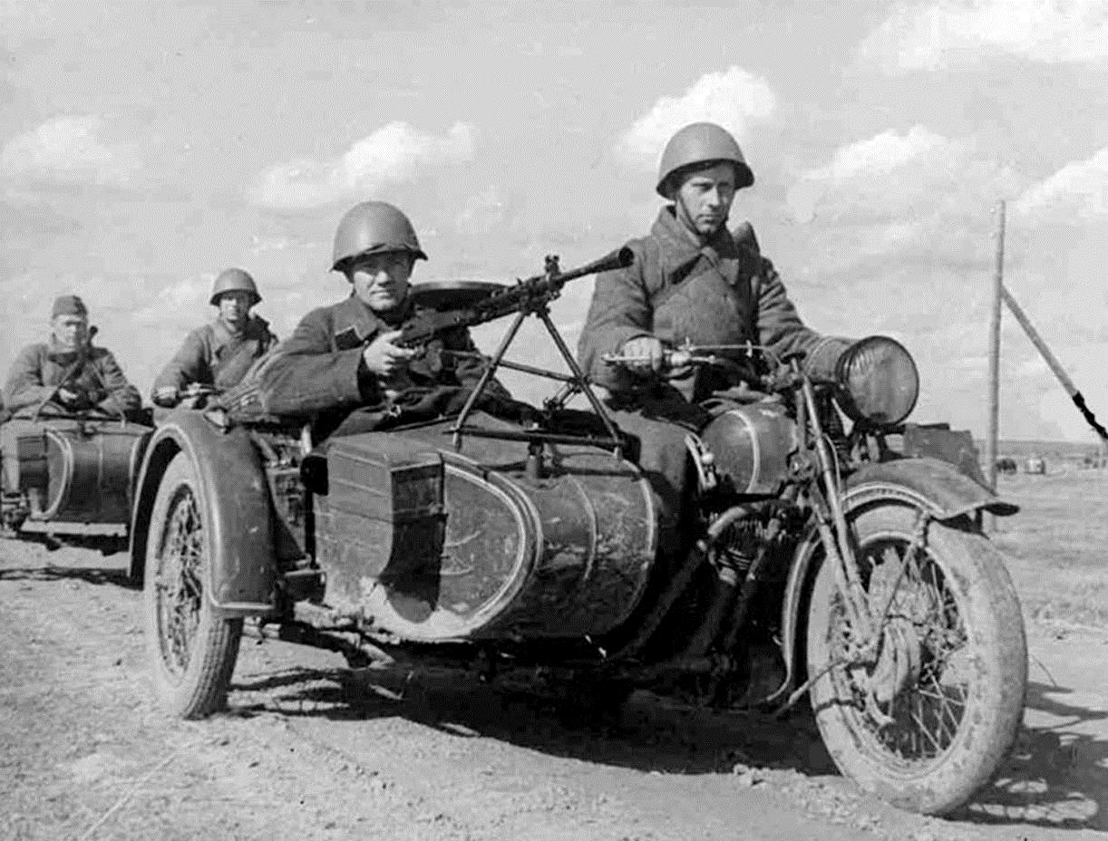 Бойцы на мотоциклах должны были проводить глубинную разведку