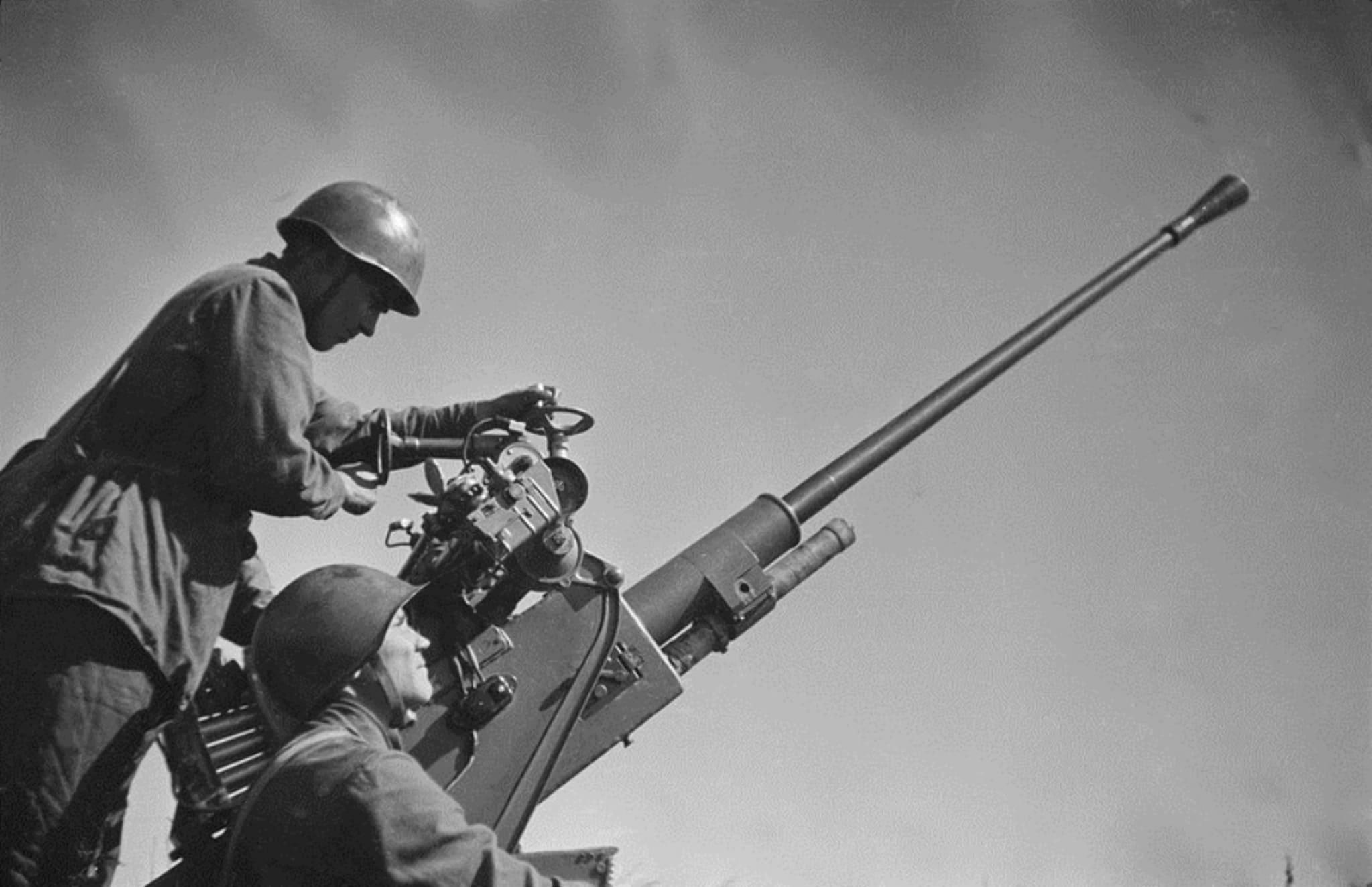Город с армейскими и корпусными штабами с земли прикрывало только 4 орудия МЗА
