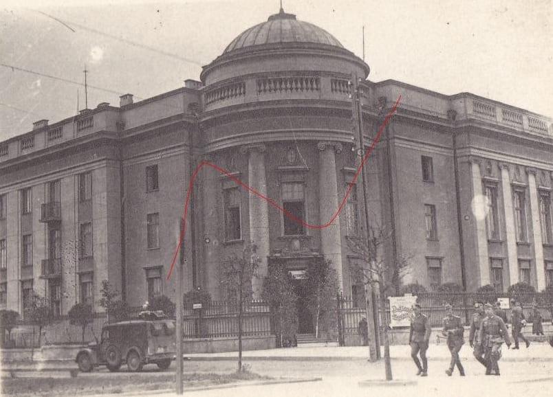 В центре города остались целыми здания обкома, госбанка, управления НКВД.