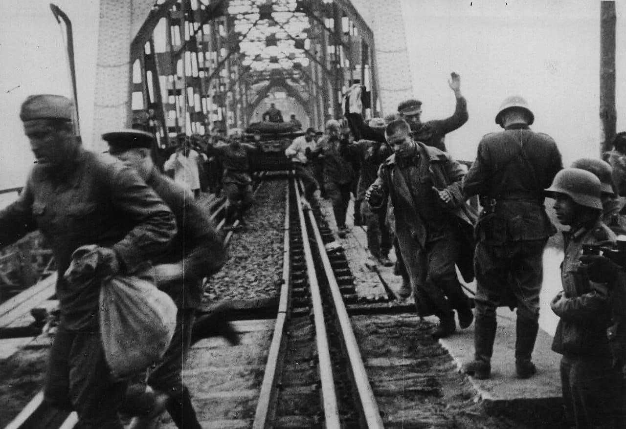 Немцы врасплох захватили солдат НКВД охраняющих мост