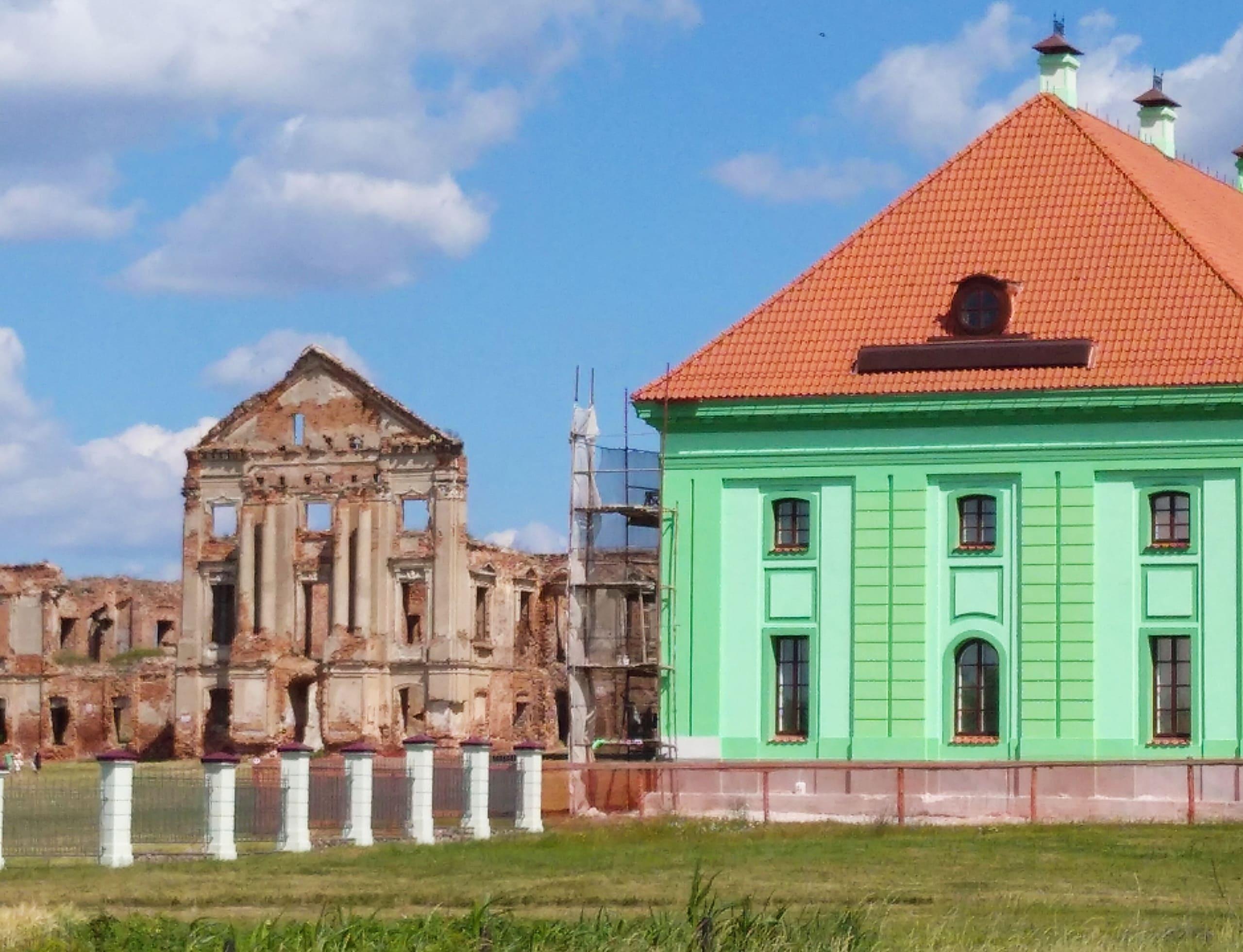 Неспешно идет реконструкция Ружанского дворца
