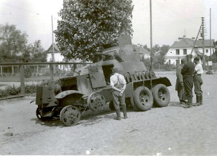 Подбитый броневик в 200 метрах от штаба брестских пограничников