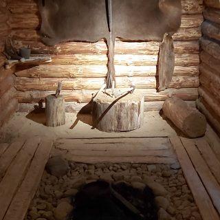 Демонстрация железных орудий труда культуры штрихованной керамики
