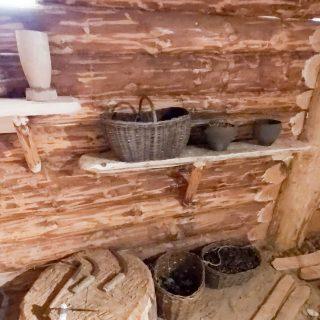 Экспозиция с проушными железными топорами и серпами, лопатами с железными наконечниками
