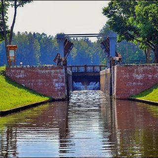 Августовский канал, открывающийся шлюз