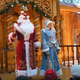 Дед Мороз и Снегурочка на крыльце