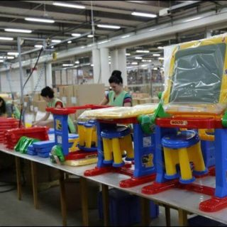 Процесс упаковки игрушек