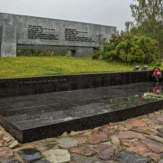 Тут захоронены остатки жителей Хатыни